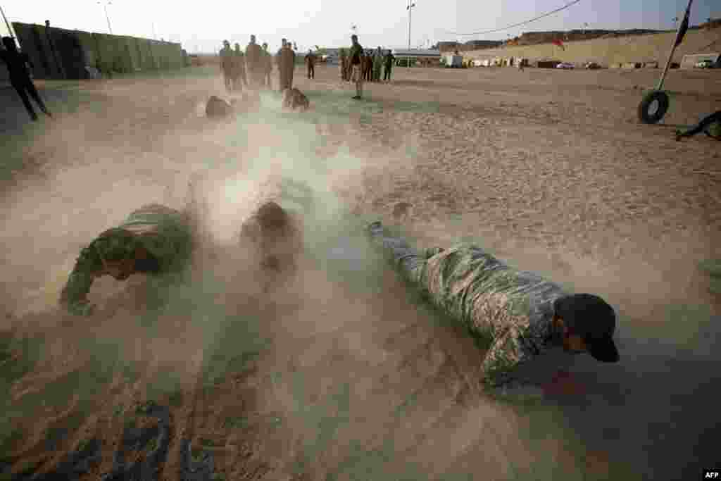 Iraqi Shi'ite fighters from the Iranian backed Hashid al-Shaabi (Popular Mobilization) militia take part in a training session in the holy city of Najaf. (AFP/Haidar Hamdani)