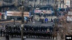 Украина полициясы шерушілер жолын жауып тұр. Киев, ақпан, 2015 жыл.