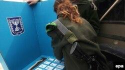 Одно из редких мирных занятий для женщин-военнослужащих в армии Израиля - установка будочки для голосования на территории военной части на Голанских высотах, 9 февраля 2009