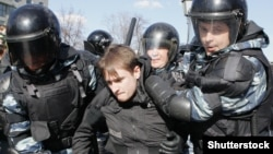 Затрыманьне на акцыі пратэсту ў Маскве 26 сакавіка 2017 году.