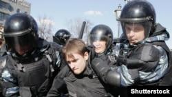 Полиция задерживает участника антикоррупционной акции в Москве, 26 марта 2017 года.