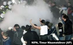 Поліція використовує сльозогінний газ, намагаючись розігнати осіб, які зібралися в центрі столиці Естонії, щоб не допустити перенесення пам'ятника радянському солдату з центру міста на Військовий цвинтар. Таллінн, 26 квітня 2007 року