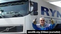 Гражданин Турции Явер Чилингир рядом со своим КАМАЗом.