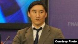 А. Асанбаев кыргызстандык мигранттар тууралуу журналисттерге маалымат берүүдө. Москва, 1-апрель, 2013-жыл
