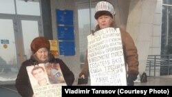 Супруги Тарасовы — 76-летний Владимир и 71-летняя Валентина — проводят акцию протеста в виде «мокрой» голодовки на ступенях крыльца здания акимата Восточно-Казахстанской области. Усть-Каменогорск, 21 декабря 2017 года.