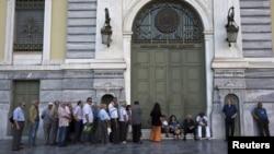 Люди в черзі біля відділення Національного банку Греції, Афіни, 20 липня 2015 року