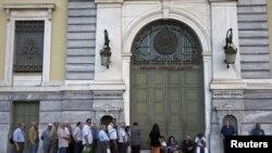 У отделения Банка Пирея в Ираклионе. 20 июля 2015 года.