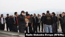 Полицијата и граѓани на местото на убиството кај селото Смиљковци