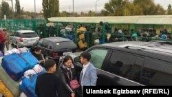 """Қырғызстанның Қазақстанмен шекарасындағы """"Ақ-Жол"""" бекетіндегі кезек. 2017 жылдың 18 қазанында түсірілген сурет."""
