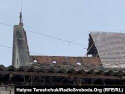 Частина обваленого даху на костелі