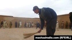د سرخاب پندغالي کې د افغان کډوالو ښوونځي کې ماشومان لوبې کوي خو اسرار د ښوونځي غولی جارو کوي.