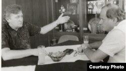 Poslije Italije 1990: Ivica Osim s Kemalom Kurspahićem o trendovima u svjetskom fudbalu (Fotografija iz arhiva autora)