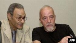 بها طاهر ( چپ) نویسنده مصری همراه با پائولو کوئیلیو، نویسنده برزیلی ( عکس: AFP)