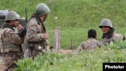 Հայ զինվորները մարտական հենակետում, 5-ը ապրիլի, 2016թ.