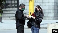 Поліцейський і жінка-пішохід у Софії, Болгарія, 29 березня 2020 року