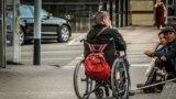 Трудно бывает пройти мимо нуждающегося человека в инвалидной коляске