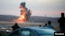 آتش و دود ناشی از یک حمله هوایی در کوبانی که از منطقه مرزی ترکیه با سوریه دیده میشود