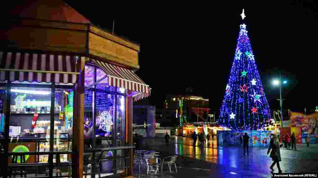 Главную новогоднюю елку Ялты установили на набережной в День святого Николая 19 декабря. Торжественную процедуру власти отложили на несколько часов из-за проливного дождя. Высота искусственной ели – 18 метров, вес – 24 тонны