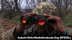 Українські військові спостерігають за позиціями супротивника, Маріуполь, 30 квітня 2015 року