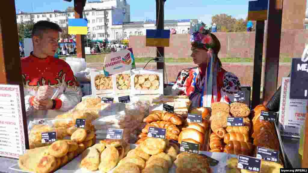 Симферополь. На площади Ленина организовали ярмарку народных ремесел, фестиваль корейской, татарской, украинской, русской национальной кухни