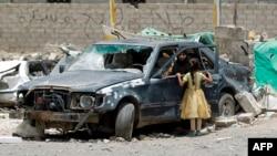 زن و کودک یمنی در منطقهای از صنعا، پایتخت، که هدف حملات هوایی ائتلاف قرار گرفته است