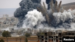 Кобани қаласына әуе шабуылы кезіндегі жарылыс. Сирия, 17 қараша 2014 жыл.