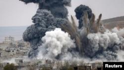 """""""Ислам мемлекеті"""" соғысып жатқан Кобани қаласындағы жарылыс. Сирия, 17 қараша 2014 жыл."""