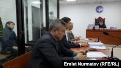 Қырғызстанның бұрынғы премьер-министрі Сапар Исаков (әйнектің ар жағында) сот залында.
