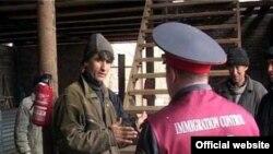 Ресей полициясы тәжік мигранттарын тексеріп жатыр.