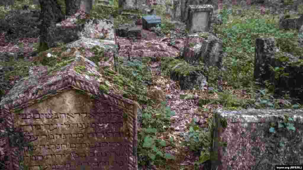 Караимское кладбище в Иософатовой долине «Балта Тиймез» – именно его исследовал Фиркович. Здесь маршрут нашего путешествия по Чуфут-Кале заканчивается