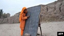 Əfqanıstanda açıq havada qaçqın məktəbi