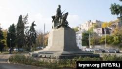 Памятник «Мужеству, стойкости, верности комсомольской» в Комсомольском сквере на улице Ленина в Севастополе