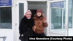 Освободившаяся из женской тюрьмы (учреждение ЛА-155/4) по болезни 38-летняя жительница Караганды Ирина Геондова (справа) рядом с матерью Натальей Геондовой. Поселок Жаугашты Алматинской области, 23 января 2019 года.