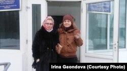 Освободившаяся из женской тюрьмы (учреждение ЛА-155/4) по болезни Ирина Геондова (справа) рядом с матерью Натальей Геондовой. Поселок Жаугашты Алматинской области, 23 января 2019 года.