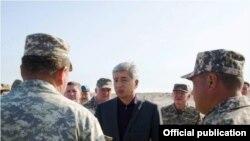 Ministri Imangali Tasmambetov gjatë vizitës lidhur me hetimet për katër ushtarët e vrarë në Kazakistan