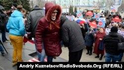 В Луганську прихильники федералізації України витирали ноги і топталися на прапорі США