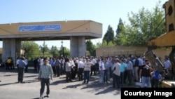 تجمع گسترده راننده ماشینهای سنگین و تاکسیداران برونشهری مقابل استانداری سمنان