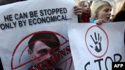Украин демонстрант Ресей президенті Владимир Путиннің сыртқы саясатына наразылық танытып плакат ұстап тұр. Киев, 11 наурыз 2014 жыл.