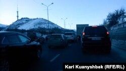 Алматының шығыс айналма жолындағы көлік кептелісі. Алматы, 12 желтоқсан 2014 жыл.
