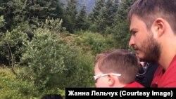 Внучка и зять Жанны наблюдают за медведями у себя во дворе