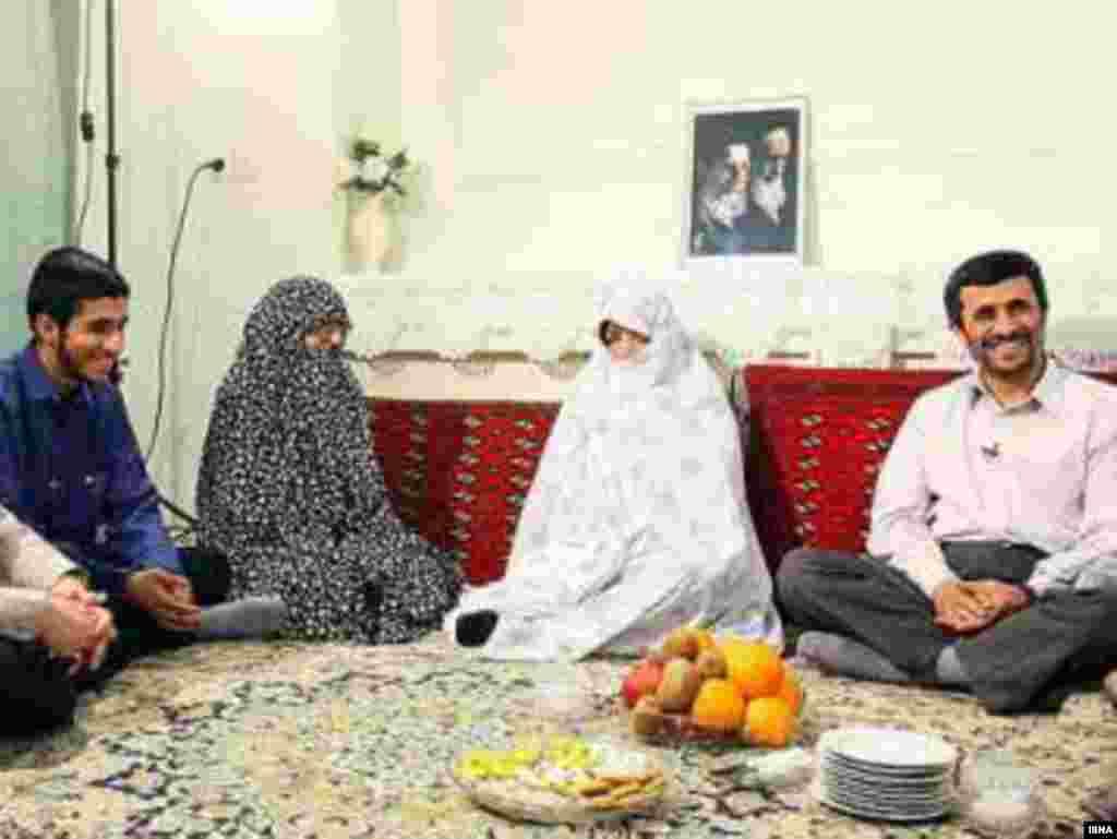 Президент Ирана Махмуд Ахмеденижад с супругой и сыном.