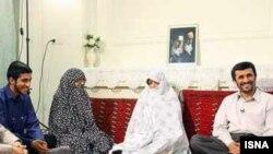 محمود احمدینژاد همراه با خانوادهاش