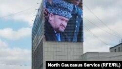 Портрет Ахмата Кадырова на Доме печати в Грозном.