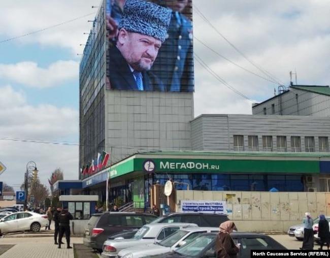 Огромный портрет Ахмата Кадырова на Доме печати в Грозном