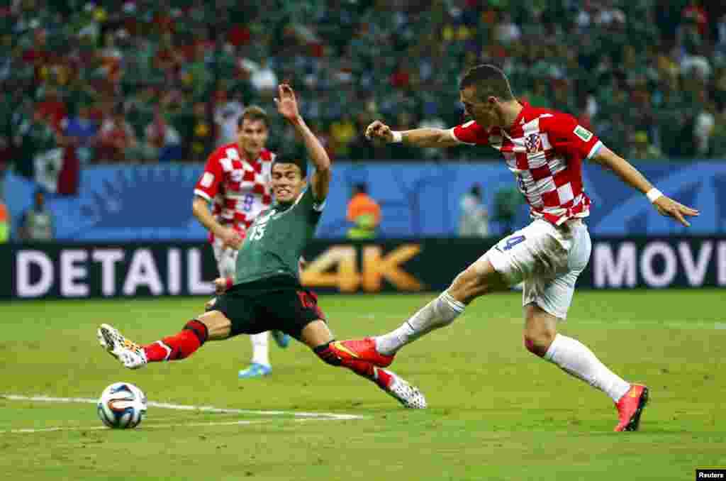 Бұл ойында 3:1 есебімен бәсекелесінен басым түскен Мексика қақпасына Хорватия командасынан жалғыз голды Иван Перишич (оң жақта) салды.