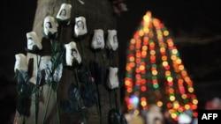 Сэнди Хук мектебінде қаза тапқандарды еске алуға қойылған гүлдер. Ньютаун, 17 желтоқсан 2012 жыл.