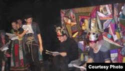 "Участники Лаборатории театра кукол ищут новую, свежую драматургию, и тут же опробуют ее на сцене. [Фото — <a href=""http://newdrama.spb.ru/"" target=_blank>«Новая драма»</a>]"