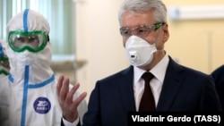 Мэр Москвы Сергей Собянин (справа) во время открытия новой инфекционной больницы для зараженных коронавирусом COVID-19 в поселении Вороновское в Новой Москве