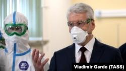 Мер Москви Сергій Собянін під час відвідування лікарні для інфікованих коронавірусом, квітень 2020 року