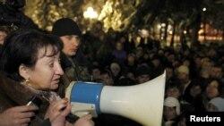Южная Осетия, Цхинвали, Алла Джиоева среди своих сторонников, 1 декабря 2011